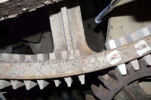 Deux hérissons en métal engrenés par des alluchons en bois